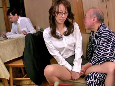 【エロ動画】介護してくれている息子の嫁・澤村レイコのパンティに手を突っ込み手マンでマンコを刺激する色ボケ爺…更に電マでマンコを拡張し最後は正常位でザーメンを中出し種付け