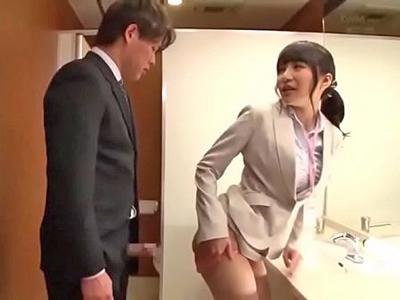 【エロ動画】トイレでこっそりパコパコ始めるOLさんをえっちなアングルから撮影!チンポを出し入れされるおマンコがずっぽり丸見え!