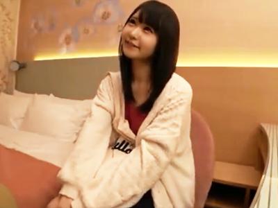 【エロ動画】緊張していたロリ顔少女も愛撫されて発情!チンポを夢中でフェラチオしたり、濃厚ザーメンを顔射されてうっとり笑顔に