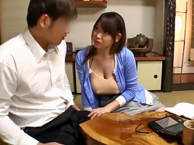 【エロ動画】ダイナミックすぎる乳揺れを見よ!息子の友達を乳首の勃った巨乳で誘惑する淫乱ママと、極上パイズリ&中出しセックス!