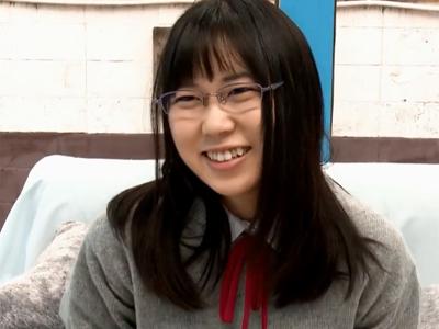 【エロ動画】田舎育ちでメガネをかけたTHE純朴女子校生がマジックミラー号の中で初めての「おとなチンコ」と対峙する!制服姿のままフェラしてチンコ挿入で顔射までw