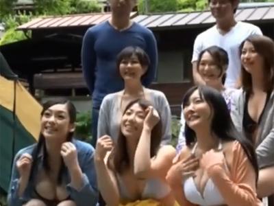 【エロ動画】キャンプ場に遊びに来た熟女妻たちが若い男性グループに声を掛けられ合流!若い男に迫られてハメを外しちゃうイケナイ人妻は巨乳晒してフェラや口内射精までw