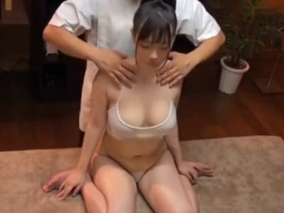 【エロ動画】セクハラマッサージで敏感な部分ばかり触られ痙攣しながら感じてしまう巨乳お姉さん…オイルまみれの体にチンポを擦り付けられ最後は正常位・バックでレイプされる事に…