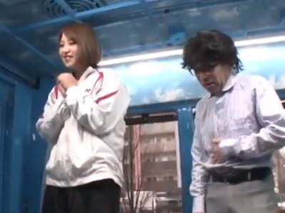 【エロ動画】アスリート系の長身美女がマジックミラー号で低身長キモ男とトレーニング後にセックス…身を屈めてフェラチオで肉棒をしゃぶり逆駅弁と騎乗位ファックでフィニッシュ