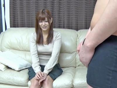 【エロ動画】人妻には見えない童顔な素人妻にデカチンコ見せ付けセンズリ鑑賞!かなり照れた様子だったのが次第に表情が変わり美乳を揉みながらフェラ&手コキを始めたw