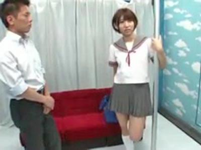 【エロ動画】「痴漢撃退方法のレクチャー」と称してスレンダーな素人娘にJKコスプレさせてマジックミラー号の中で実際に痴漢行為をはたらきそのままパコっちゃうw