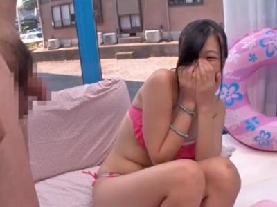 【エロ動画】海で見つけた水着の巨乳お姉さんに「童貞のオナニー手伝って!」とお願いしたら恥ずかしがりながらもMM号車内でトライ☆なんなら筆おろしまでしちゃったw