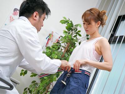 【エロ動画】現場作業でケガを負って病院にやって来た作業着の美女・白咲りのが変態医者にセクハラを受けまくる!ちょっとしたイタズラがエスカレートし中出しに発展w