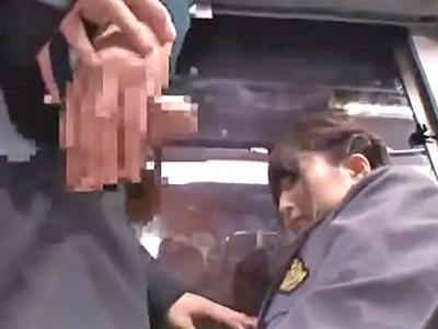 【エロ動画】混み合うバスの中で盗撮や痴漢をしている場面を目撃してしまうJK…それに気付いた痴漢魔がそのJKにチンコをフェラさせて制服まくり上げレイプ!