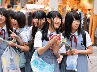 【エロ動画】田舎から出て来た修学旅行中の女子校生をまとめて連れ込み大人チンコを見せ付ける!恥じらいながらも手コキやフェラしちゃうウブなロリ娘w