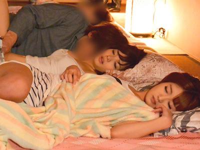 【エロ動画】母の再婚相手も含めて川の字で寝ていたJK姉妹…しかしパジャマがはだけた妹に欲情したイケメン義父が襲い掛かり近親相姦!それを見た姉も欲情してしまい…