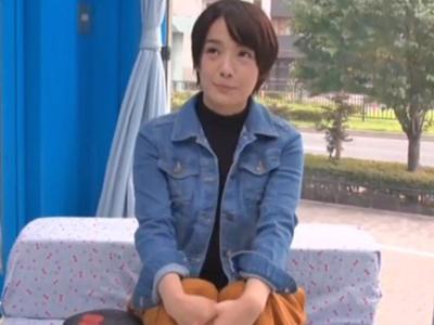 【エロ動画】ショートカット&ボーイッシュな美少女ちゃんをMM号にナンパし目の前には童貞…企画内容を説明すると案外あっさりと騎乗位中出しさせてくれました!