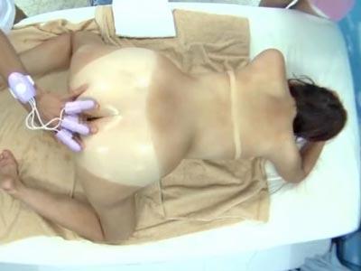 【エロ動画】海でナンパされた水着美女がMM号で感じまくり!じっくりマッサージされた後、3Pファックでおマンコの奥まで犯され尽くす!