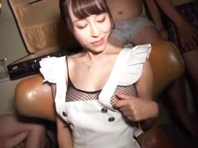 【エロ動画】ナンパした美女がフェラ好きと判明→調子に乗った男たちは3Pセックスで上下の口を犯しまくり&フェラ抜きされてザーメンをたっぷり注ぎ込む!