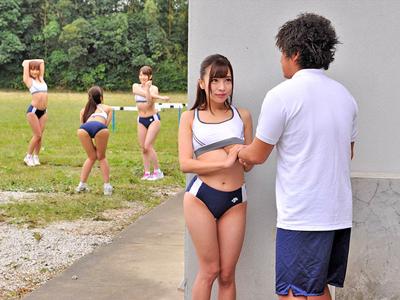 【エロ動画】部活中に興奮しちゃった佐々波綾がスポコスのままコーチと青姦ファック!69でねっとり攻めあって中出しフィニッシュ!