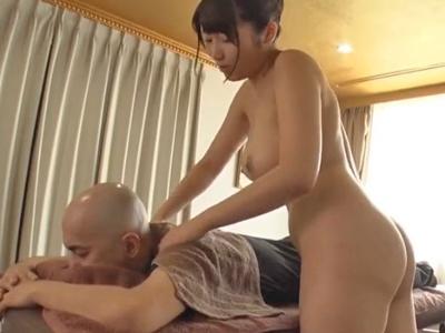 【エロ動画】全裸でマッサージしてくれるお姉さんに大興奮!揺れるデカパイに興奮しちゃった男は、強引なパイズリでザーメンをぶっかける!