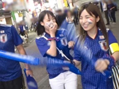 【エロ動画】サッカー観戦でボルテージMAX状態のユニフォーム姿の素人お姉さんコンビをナンパ☆ほろ酔いになった所でクンニや指マン、フェラから4P乱交開始w