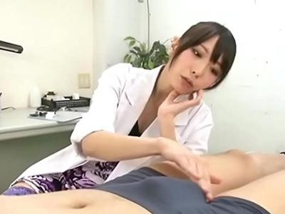 【エロ動画】ベッドに寝かされた患者の包茎ちんぽをエッチな治療してくれるドS痴女な女医。エロい手つきで手コキされるとそのままギンギンに勃起したちんぽをフェラ!