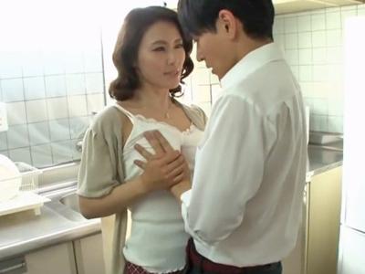 【エロ動画】友達のお母さんが巨乳を揉みしだいてオナニーしてるのを目撃して堪らず抱き着き迫る!すると欲求不満だった熟女妻は若いチンポをフェラし出し不倫セックスに発展!