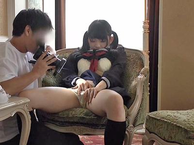 【エロ動画】男の言いなりになってエッチなプレイをさせられちゃうセーラー服のロリJK!貧乳おっぱいを自分で弄らされ、おもちゃ責めやフェラに中出しをハメ撮り!