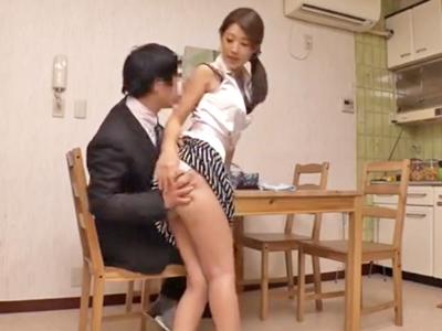 【エロ動画】上司の奥さんはスレンダーで美乳&美尻の美人妻!上司宅にお邪魔してたら酔いつぶれた旦那のチンコを介抱してるとこを目撃!居ても立っても居られなくなりNTRレイプ!
