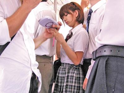 【エロ動画】巨乳JK希美まゆが電車で痴漢されちんぽを手コキさせられる!興奮してしまい学校で男子のちんぽをフェラして即ハメw濃厚ザーメンを口内射精されるw
