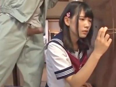 【エロ動画】家出お留守番していた童顔セーラー服のJKを媚薬ちんぽで無理矢理イラマチオさせる!薬が効いてしまいキメセク状態のパイパン少女をそのままレイプするヤバイやつ!