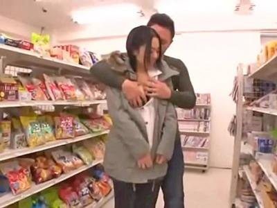 【エロ動画】コンビニ店内で露出プレイを楽しんでしまう黒髪の美女w店員にバレないように巨乳を晒し羞恥プレイにマンコを濡らす痴女っぷりでそのままハメてしまう!