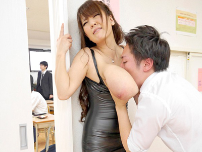 【エロ動画】息子の授業参観にボディコンで参加する頭の狂った爆乳人妻Hitomi…それどころか生徒と教師をフェラチオで勃起させ騎乗位杭打ちで痴女りまくり…!