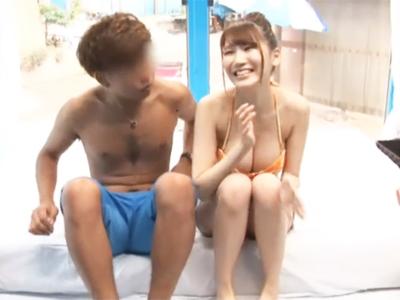 【エロ動画】彼氏とビーチで遊んでいた水着の巨乳お姉さんをMM号にナンパ!セクハラマッサージを行うと欲情したので彼氏を見ながら後背位で中出しを行うNTRセックスに…!