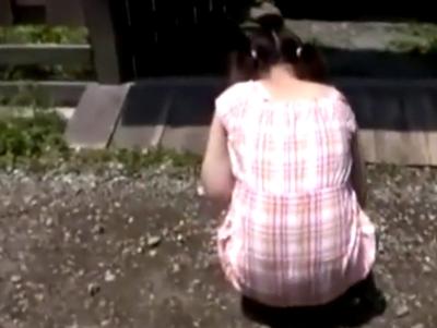 【エロ動画】貧乳ロリの美少女が一人で遊んでいるのを発見してレイプを行う鬼畜なオッサン…恐怖で逃げられない美少女にフェラチオさせパイパンを強制的に犯しまくり…