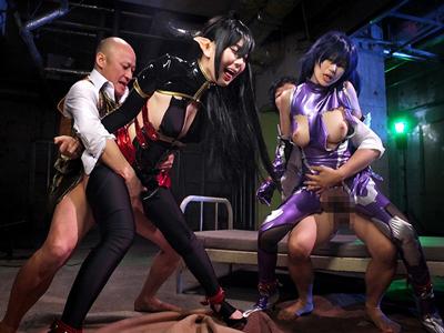 【エロ動画】人気アダルトゲームから飛び出したヒロイン達。体を拘束されて凌辱されてしまう巨乳美女を立ちバックでレイプ!ぺ二バンを装着してレズセックスまでしちゃうw