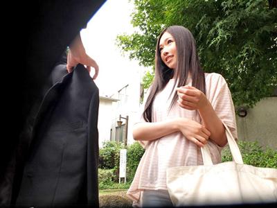 【エロ動画】フリマアプリで知り合った清楚でスレンダーな美人妻を口説き落として自宅に連れ込み即ハメwしかもその様子は盗撮しておいて勝手にAVデビューさせちゃうゲス男!