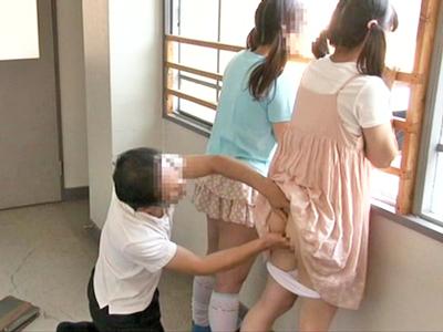 【エロ動画】おじさんが透明人間化してロリ少女にイタズラ!?美脚を撫でまわすと下着を脱がせオナニーしながらクンニするおじさんwムチムチのお尻にちんぽを擦りつける!