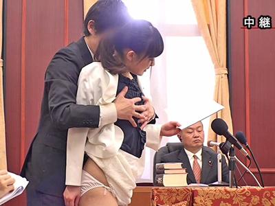 【エロ動画】ノーブラノーパンで政見放送にのぞむ美人な女性議員。スカートをあげて美尻丸出しにすると手マン責めで潮吹き噴射!ちんぽをフェラさせたら立ちバックで露出ファックw