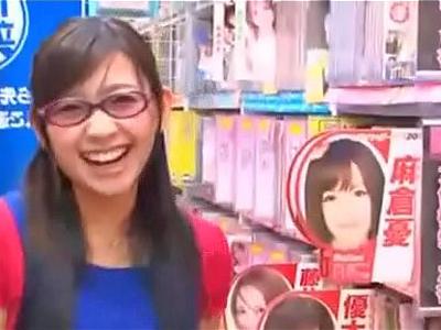 【エロ動画】AVショップ店員に扮した小倉奈々がお客さんのちんぽをエッチなイタズラ!手コキとフェラで責めてくる巨乳お姉さんに立ちバックでぶちこみガン突きファックw