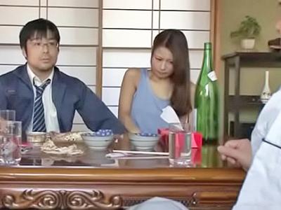 【エロ動画】歪んだ性癖を持つ旦那に人前でパンツの上からまんこを責められる人妻。夫の部下のちんぽをフェラしてNTR3Pしているところをのぞきながら大興奮する夫w
