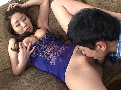 【エロ動画】嫁の母篠田あゆみがパンチラしまくり!ムラムラしてしまう義息子は巨乳を露出して乳首舐めwまんこをクンニしたらちんぽをフェラされ騎乗位挿入でNTRファック!
