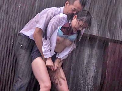 【エロ動画】ゲリラ豪雨でずぶ濡れのJKなつめ愛莉。制服を剥ぎ取り無理矢理キスしてくる変態オヤジまんこをくぱあされちんぽをイラマチオさせられると立ちバック挿入で野外レイプ!