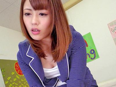 【エロ動画】性欲処理までしてくれる女教師・桜井あゆが同僚を誘惑!ヌレヌレマンコにチンポを挿入したら、いやらしい腰使いでザーメン抜き!