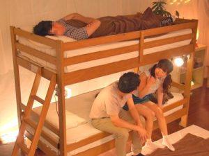 【エロ動画】二段ベッドでこっそりNTR!上に彼氏が寝てる状態で、カレ友チンポでピストン&中出しされちゃう巨乳JD