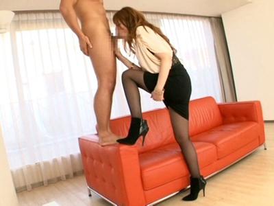 【エロ動画】斬新すぎる着衣セックス!黒パンストが似合う美脚ギャルのタイトスカートに穴を開け、チンポをぶち込み激しくパコパコ
