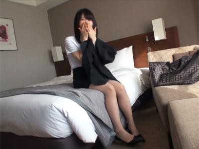 【エロ動画】清楚系の美少女JDをリクスー姿でガチ犯し!奥のほうまでじっくりピストンされて感じまくり、喘ぎ顔が可愛すぎる