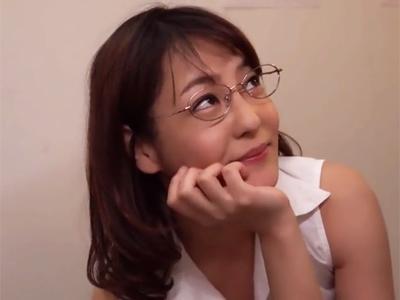 【エロ動画】こんなフェラ抜きされてみたい…デカチンに興奮しちゃったメガネの痴女がいやらしい舌使いでザーメンを搾り取る!