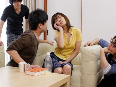 【エロ動画】息子の友達に媚薬を盛られた熟女ママが発情!若いチンポで激しくピストンされたら、痙攣しながらマジイキしちゃう!?