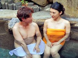 【エロ動画】温泉企画に釣られた人妻を強引に押し倒しNTR!巨乳の谷間でパイズリさせて、乳揺れしながら他人棒で感じまくり!
