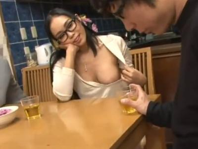 【エロ動画】メガネをかけて真面目を装っているけどノーブラで乳首が丸見えな巨乳痴女のお姉さん…他の家族にバレないように弟をフェラチオ責めして口内射精で証拠隠滅!