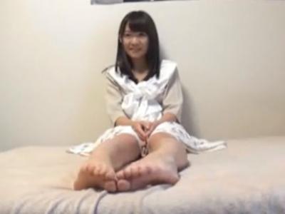 【エロ動画】自らカメラの前で股を広げオナニーを披露するビッチな美少女ちゃん…そんな彼女にスクール水着を着せて正常位で精子を中出しするハメ撮りセックス…!