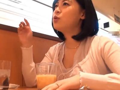 【エロ動画】ムチムチボディの巨乳人妻をナンパできたので速攻ホテルへ移動して寝取られハメ撮り!他人棒だというのに嬉しそうにフェラチオしてピストンを懇願するクソビッチな姿…