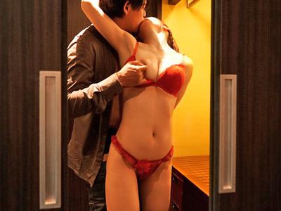 【エロ動画】巨乳美女の相澤ゆりなが体液を交換しながらねっとりとした濃厚セックス…チンコを挿入され正常位で突かれながらクリトリスをいじっている痴女っぷりを披露…